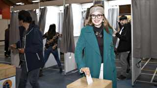 Aki-Matilda Høegh-Dam afgiver sin stemme til Folketingsvalget, i Godthåbshallen i Nuuk. Det nyvalgte medlem af Folketinget har en bachelor i statskundskab fra Københavns Universitet.