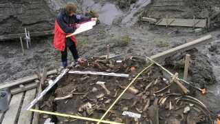 Der blev fundet en del genstande i området ved Yana-floden, hvor de to mælketænder blev fundet.