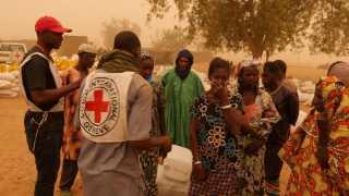 Landsbyindbyggere ses her efter angrebet den 23. marts, hvor over 150 fulanier blev dræbt i Ogossagou.