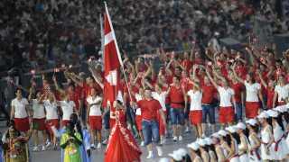 Kuglestøder Joachim B. Olsen bar fanen med én hånd ved OL i Beijing i 2008.