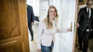 Pernille Vermund forlader forhandlingerne med Mette Frederiksen.