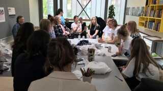 Der var både tid til at snakke om materialer, accessories og farver, da designere fra De Forenede Dampvaskerier, frivillige fra Ungdommens Røde Kors og unge patienter talte om fremtidens hospitalstøj til workshoppen på Odense Universitets Hospital.