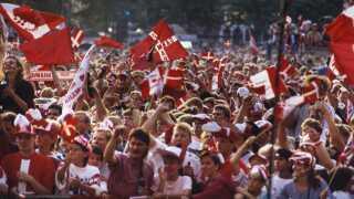 Rådhuspladsen i København var fyldt med glade danskere, da landsholdsspillerne blev fejret dagen efter 2-0-sejren over Tyskland i finalen ved fodbold-EM i Sverige i 1992.