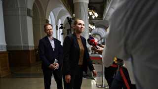 Mette Frederiksen og Nicolai Wammen fra Socialdemokratiet ankommer til regeringsforhandlingerne på Christiansborg. Indtil videre tyder det på, at forhandlingerne går den rigtige vej.