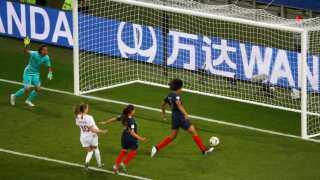 Den franske forsvarsspiller Wendie Renard scorer selvmål mod Norge til 1-1.