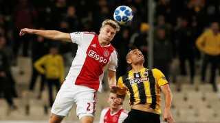 Rasmus Nissen i hovedstødsduel for Ajax mod AEK Athen.