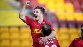 Mads 'Mini' Pedersen får en lufttur af sin daværende anfører i FC Nordsjælland, der også er anfører for U21-landsholdet.