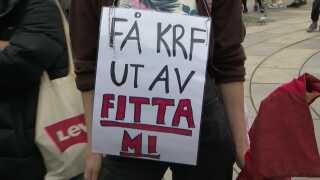 En demonstrant foran det norske Stortinget sender en utilfreds hilsen til Kristeligt Folkeparti i protest mod stramningen af abortlovgivningen.