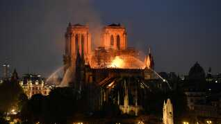 Flammerne tog fat ved Notre Dame den 15. april.