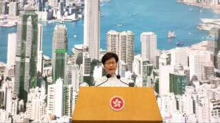 Regeringsleder Carrie Lam annoncerede i går, at regeringen vil suspendere lovforslaget på ubestemt tid.