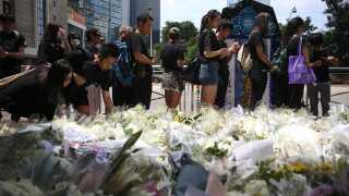 Demonstranter mindes en meddemonstrant, der faldt i døden i går.