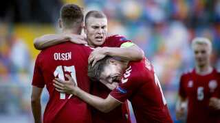 Rasmus Nissen Kristensen i midten lykønsker de to danske målscorere Andreas Skov Olsen (tv.) og Joakim Mæhle.