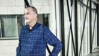 Lars Larsen er syg af kræft og trækker sig fra sit skaberværk, Jysk. Formandsposten i Lars Larsen Group er givet videre til sønnen Jacob Brunsborg.