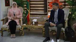 Lederen af den danske delegation mødes her med forkvinden for udenlandske relationer i det kurdiske selvstyre i Nord- og Østsyrien, inden papirerne for overdragelsen blev underskrevet. Det er første gang, Danmark officielt besøger det kurdiske selvstyre i området og hjælper en dansk statsborger ud. (Foto: Michael S. Lund)
