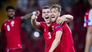 Danmarks Jacob Rasmussen til 2-0, her med Asger S. Sørensen under U-21 EM landskampen mellem Danmark-Serbien.