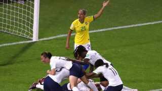 Fransk bunke på anføreren, da hun scorer det afgørende mål til 2-1 og sender Frankrig i kvartfinalen.