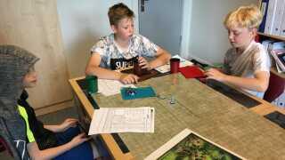 Emil Stougaard på 10 år (tv.), Emil Borch Jørgensen på 12 år og Oscar Vedersø på 11 år (th.)  lærer fag som dansk, engelsk og matematik gennem rollespillet Dungeons and Dragons.