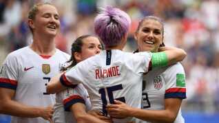 Megan Rapinoe bringer USA foran 1-0 på straffespark i 1/8-finalen mod Spanien.