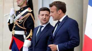 Ifølge den ukrainske præsident, Volodymyr Zelenskij (tv.) har han diskuteret beslutningen om at lade hæve sanktionerne mod Rusland med den franske præsident, Emmanuel Macron.
