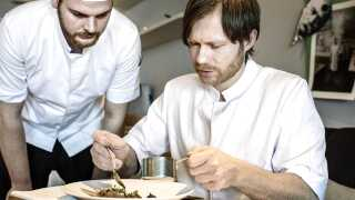 Køkkenchef Rasmus Kofoed (th.) og resten af Geranium kan bryste sig af at springe fra en 19.-plads i 2018's rangliste til en femteplads i år. 'Perfektionens højborg', kalder Rasmus Palsgård restauranten.