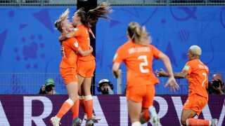 Lieke Martens scorer sit første VM-mål og bringer Holland foran 1-0 mod Japan