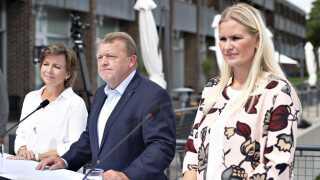 Venstres politiske ordfører Britt Bager, der her ses sammen med afgående statsminister Lars Løkke Rasmussen og gruppeformand Karen Ellemann, kalder den politiske forståelse for en ønskeseddel fra de røde partier.