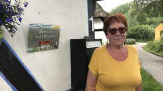 Barbara Strøm-Baris er glad for at bo over for Café Lyø, hvor hun har et Bed & Breakfast. Tit sender hun sine gæster over på Café Lyø for at smage på de populære pomfritter.