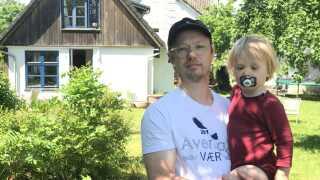 Mikkel Christoffersen er ansvarlig for mad og drikke på Avernax. På billedet ses han med sin søn, Max, foran deres sommerhus, som familien bor i meget af sommeren.