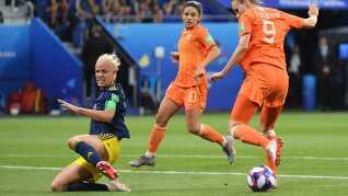 Sveriges Caroline Seger stopper Vivianne Miedema.
