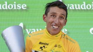 Egan Bernal (Team Ineos) med et bredt smil og et stort trofæ efter sejren i Schweiz Rundt for en lille uge siden.