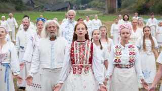 Gyserfilmen 'Midsommar' følger et amerikansk par og deres venner, som rejser til det idylliske Sverige for at fejre årets længste dag.