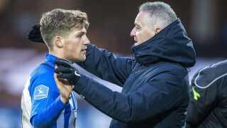 Carlo Holse nåede både at få krammere af FCK-træner Ståle Solbakken og her EfB-træner John Lammers.