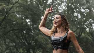 Medina åbnede Stjernescenen på Smukfest onsdag den 7. august og opfordrede publikum til at danse i regnen.