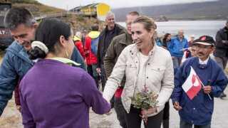 Statsminister Mette Frederiksen og Kim Kielsen ved ankomst til bygden Kapisillit.