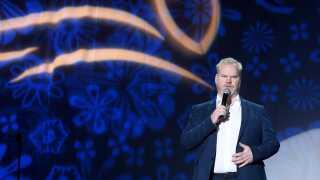 - Netflix har vendt op og ned på det etablerede kredsløb, hvor Comedy Central var dem, der udgav mange billige shows, og HBO udgav nogle få dyrere med de allerbedste komikere, skriver Kasper Lundberg.