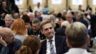 På trods af stor tilbagegang ved folketingsvalget blev Kristian Thulesen Dahl genvalgt som formand for Dansk Folkeparti med stående bifald og blomster.