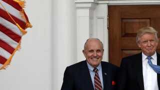 Donald Trump og hans personlige advokat Rudolph Giuliani (tv) er havnet i lidt af et stormvejr, som de i nogen grad selv har skabt.