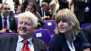 Rachel Johnson ses her med sin far til det konservative partis kongres, hvor hendes bror, Boris Johnson, blev valgt til formand. Nu kritiserer hun broderens sprogbrug.
