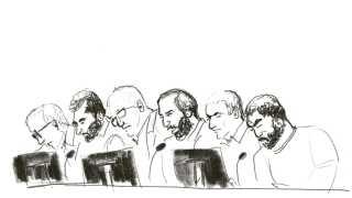 Københavns Byret har brugt 18 dage på at behandle den såkaldte dronesag. Der forventes at falde dom 28. november. Her ses de tre tiltalte i retten med deres forsvarsadvokater. Tegner: Mette Ehlers