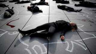 ARKIV Aktivister har de seneste år demonstreret mod kødspisere i Frankrig. Her ligger demonstranter på gaden i Paris.