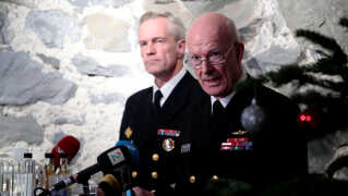 Norges forsvarschef Haakon Bruun-Hanssen og chef for det norske søværn Nils Andreas Stensones kommenterer på den midlertidige rapport om kollisionen til et pressemøde.