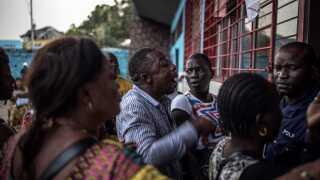 En vred vælger klager til politiet, fordi han ikke fik lov til at stemme i hovedstaden Kinshasa.