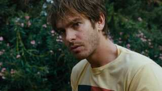 Den tidligere 'Spider-Man', Andrew Garfield, spiller hovedrollen i thrilleren 'Under the Silver Lake'.