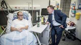 Statsminister Lars Løkke Rasmussen besøgte i går Slagelse Sygehus og talte blandt andet med Jesper Fentz Vangsgaard, der var indlagt på ortopædkirurgisk afdeling.