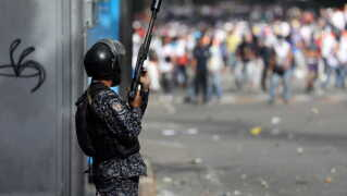Voldsomme protester mod præsident Maduro er blevet hverdag i Venezuelas hovedstad, Caracas.