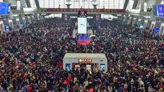 Langt de fleste kinesere rejser med bil, når de skal besøge familien under den årlige forårsfestival. Her på togstationen i Hangzou er der dog også mange, der skal i gennem.
