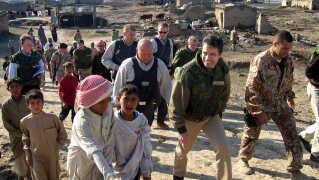 Daværende statsminister Anders Fogh Rasmussen (V) under et besøg hos de danske styrker i Irak i 2004.