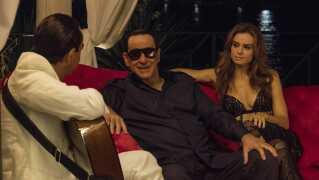 - Flere steder undervejs går filmen så meget i tomgang, at det snarere virker som om, Berlusconi får skovlen under Sorrentino. Men så blomstrer den op i et fabelagtigt velkonstrueret forløb, hvor Berlusconi bliver spiddet med den største lethed, skriver anmelder.