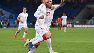 Henrik Dalsgaard jubler sammen med Pierre-Emile Højbjerg, efter at han har scoret til 3-3.