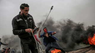 Palæstinensere bruger stenslynger på grænsen mellem Israel og den østlige del af Gazastriben.
